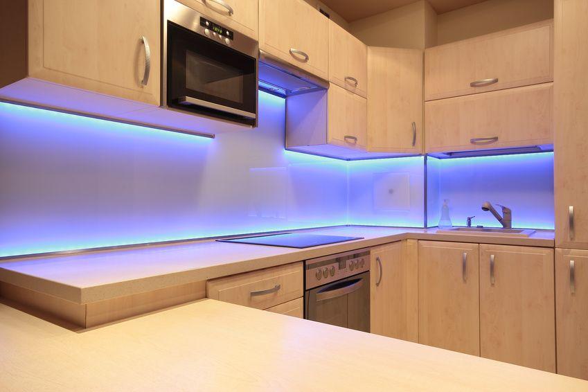 Kuchnie firmy ŻAR & KAR Warszawa z nowoczesnymi światłami zamocowanymi przy krawędziach szafek kuchennych