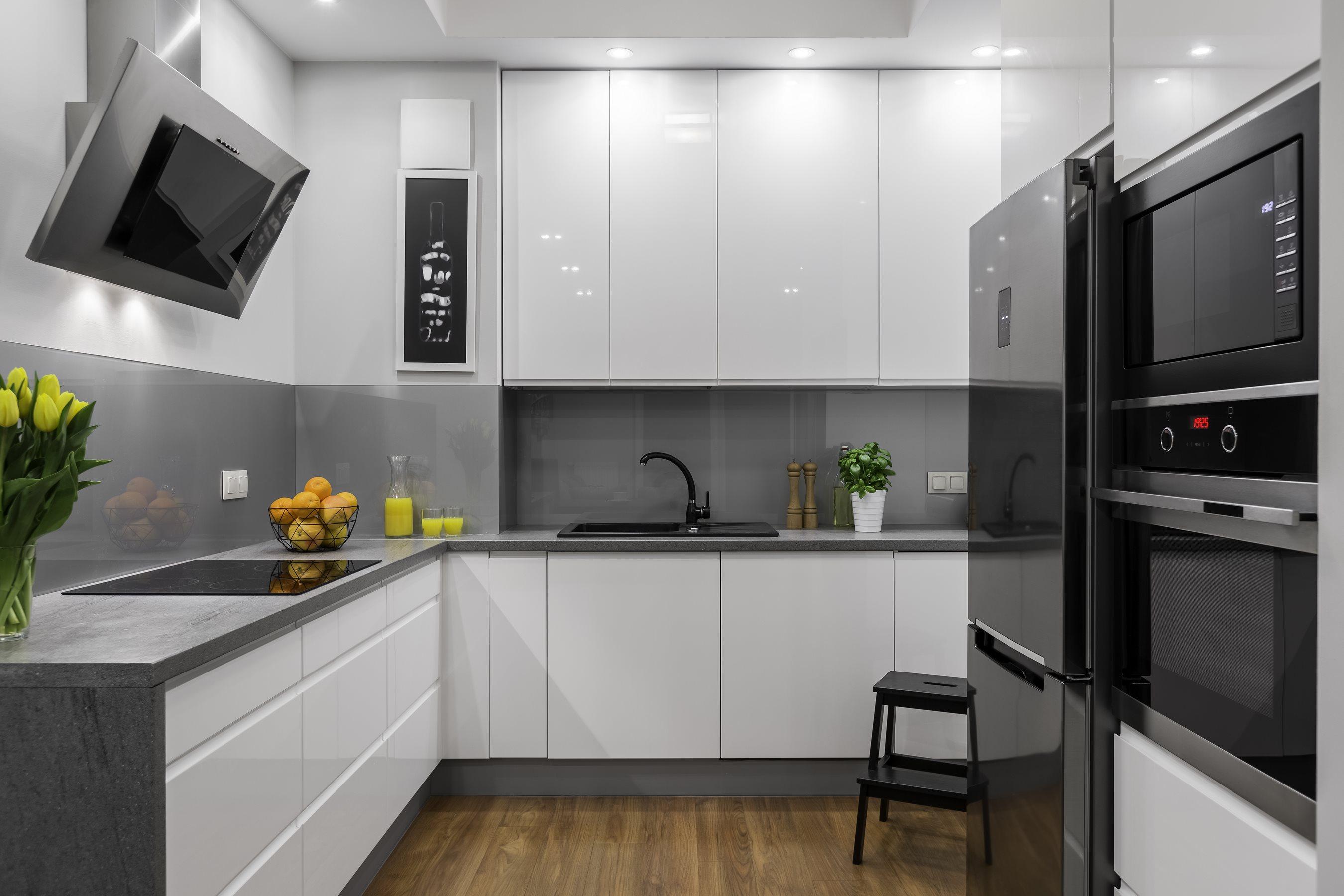 Biało szara zabudowa kuchni, idealna do kuchni z małym dostępem światła