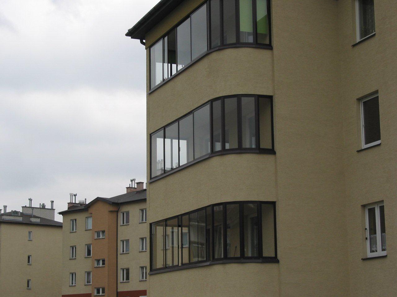 Zabudowa balkonów w warszawskim bloku